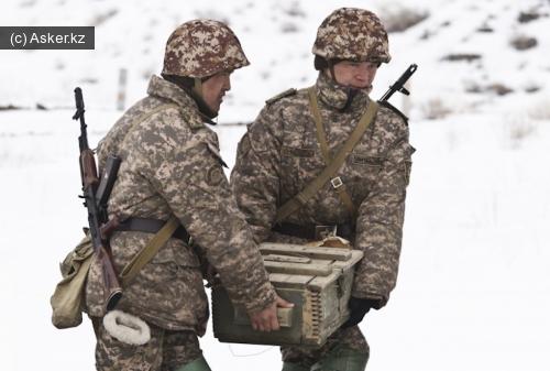 военнослужащие несут ящик с боеприпасами