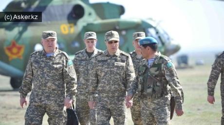 Министр обороны Казахстана в сопровождении подчиненных.