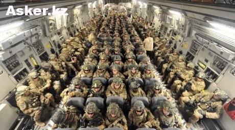 Военнослужащие армии США в транспортном самолете